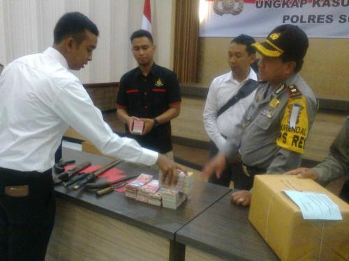 Uang Palsu hasil kejahatan penggandaan uang yang berhasil diamankan pihak Polres Sukabumi (Photo : Palabuhanratu Online)
