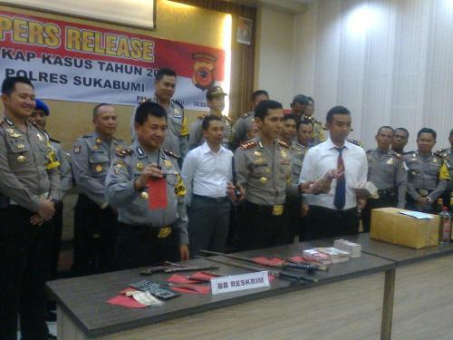 Kapolres Sukabumi (tengah) saat memperlihatkan barang bukti tindak kejahatan sepanjang tahun 2015 (Photo : Palabuhanratu Online)