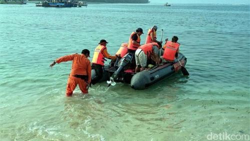 Tim SAR sedang melakukan pencarian korban terseret ombak (Istimewa)