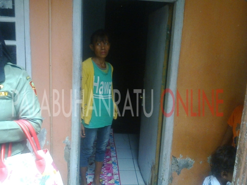 Ny.Ate yang sudah mendiami rumah kontrakannya (Photo : Palabuhanratu Online)