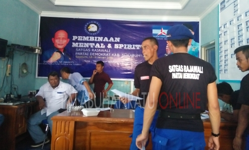 Satgas partai  demokrat saat  mengisi formulir di sekretariat DPC demokrat ( Photo : Palabuhanratu Online)