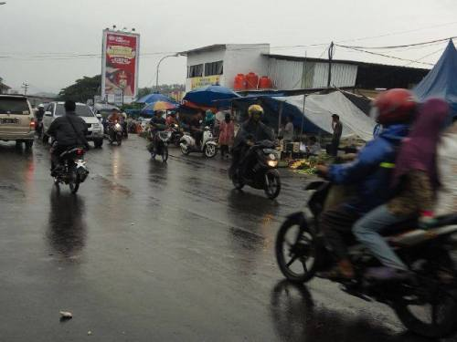 Pasar tumpah kaki lima yang mengakibatkan macetnya arus lalu lintas (Photo : Palabuhanratu Online)