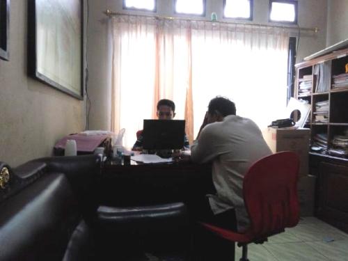 Pelaku dan pemilik pabrik oli palsu LS (53) saat di periksa satreskrim Polres Sukabumi (Photo : Palabuhanratu Online)