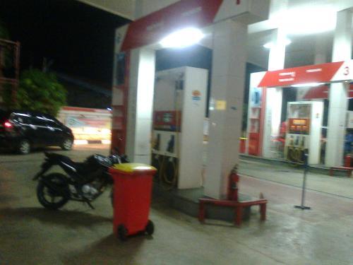 Jalur akses premium yang ditutup oleh pengelola SPBU Palabuhanratu (Photo : Palabuhanratu Online)