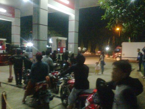Antrian Kendaraan yang mengisi bahan bakar jenis pertamax akibat kekosongan premium di SPBU Batu Sapi Palabuhanratu (Photo : Palabuhanratu Online)