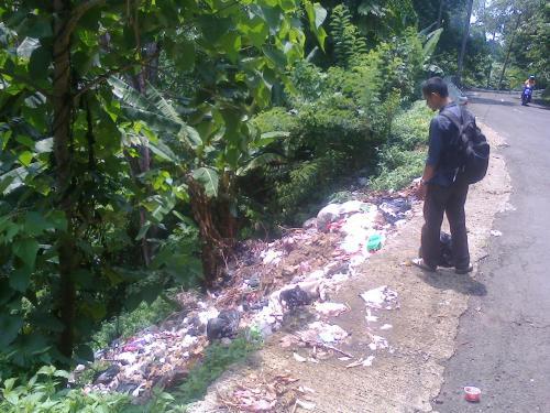 Hutan lindung Cisarakan yang menjadi tempat pembuangan sampah (Photo : Palabuhanratu Online)