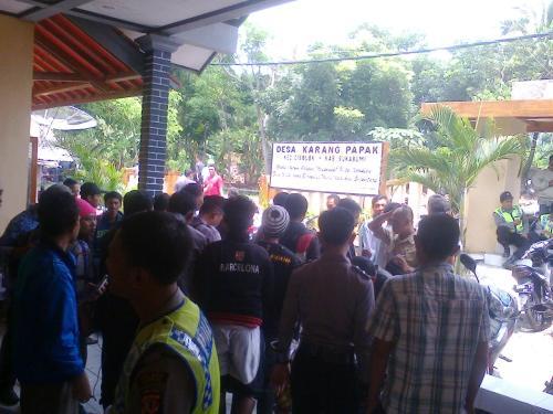 Ratusan warga desa Karang Papak kembali ontrog kantor desa (Photo : Palabuhanratu Online)