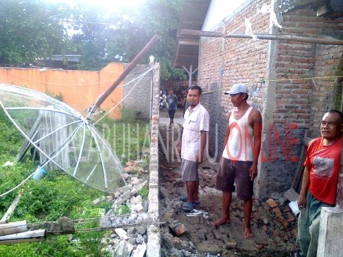 Tembok yang ambruk akibat angin puting beliung (Photo : Palabuhanratu Online)