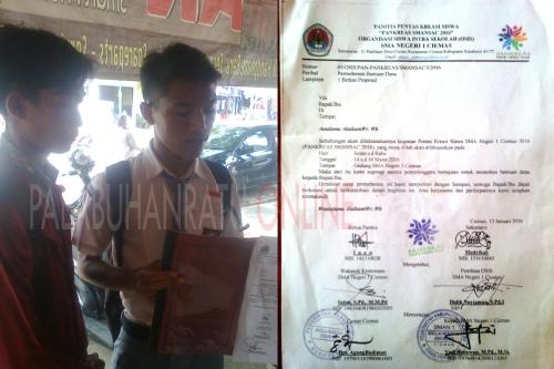 Siswa SMA Negeri 1 Ciemas saat memperlihatkan proposal untuk mencari dana (Photo : Palabuhanratu Online)