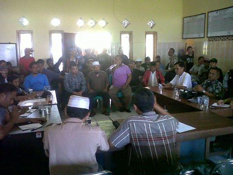 Warga Kp. Cikondang Ds. Karang Papak ketika bermusyawarah bersama BPD dan kepala Desa di Aula desa Karang Papak (Photo : Palabuhanratu  Online)