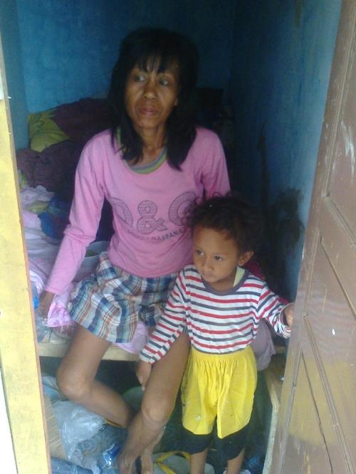 Ny.Ate (40) bersama cucunya Derbi (3)  (Photo : Palabuhanratu Online)