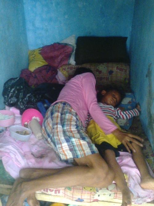 Ny.Ate bersama seorang cucunya tinggal didalam kakus  (Photo : Palabuhanratu Online)