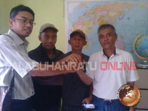Sdr. Budi (2 dari kanan) sempat menanyakan keabsahan surat kuasa yang diberika oleh pertamina kepada penerima kuasa (Photo : Palabuhanratu Online)