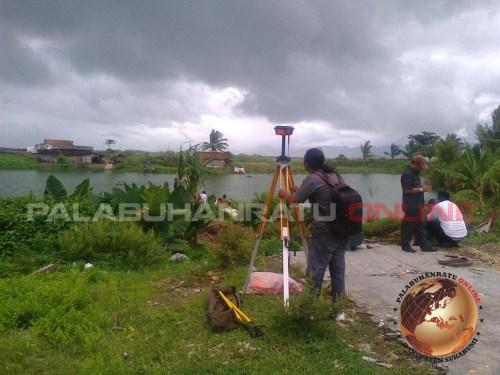 Pengukuran batas tanah milik pertamina dilahan 8,8 hektar di Kp.cipatuguran Palabuhanratu (Photo : palabuhanratu Online)