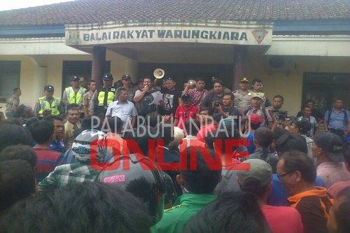 Warga Desa Warung Kiara berdemo untuk memaksa Kades segera mengundurkan diri