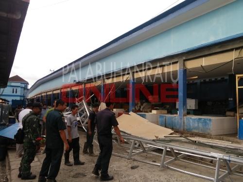 Atap kanopi los ikan yang ambruk diduga salah kontruksi Foto : Palabuhanratu Online
