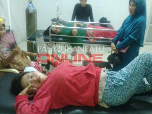 Resti (27) dan Herlina (37) diruang IGD ditunggui oleh pihak keluarga Foto : Palabuhanratu Online