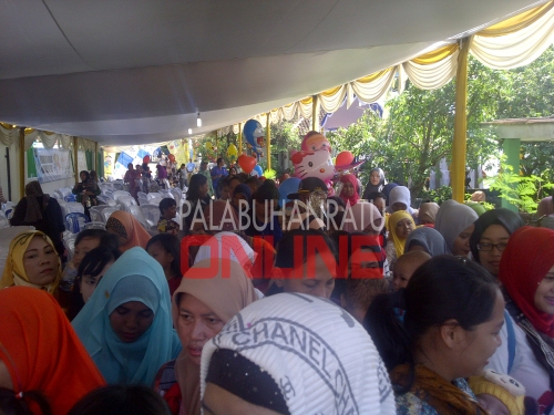 Membludak dan Antusias warga yang membawa anaknua untuk imunisasi Foto : Palabuhanratu Online