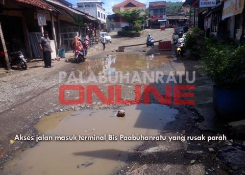 Akses jalan terminal Bis palabuhanratu yang hancur. Foto : Palabuhanratu Online