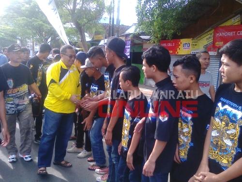 Bupati Sukabumi Marwan Hamami Memberikan selamat kepada Anggota XTC Palabuhanratu Foto : Palabuhanratu Online