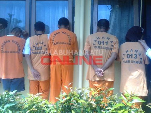 Para pelaku judi togel yang diamankan. Foto : Palabuhanratu Online